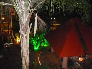 ホテル中庭・夜のバー