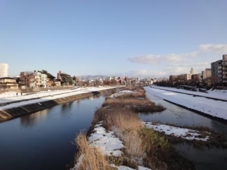 雪の残る犀川