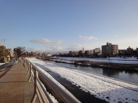 犀川・御影橋をわたる