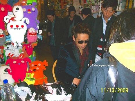 091114-Giant Robot store NY-01