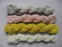紡いで染めた糸