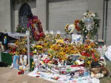 マイケル・ジャクソン墓地前