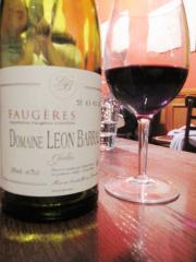 ワインは店の棚から好きなのを選べる。