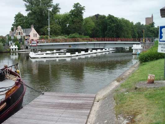 運河にかかる橋