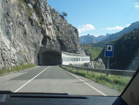 険しい山道