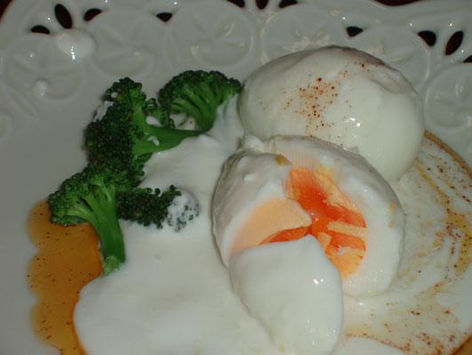 ヨーグルトソースの卵