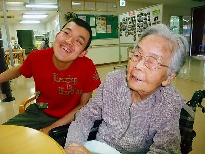 笑いあう2人
