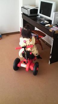 20101204家の中で三輪車