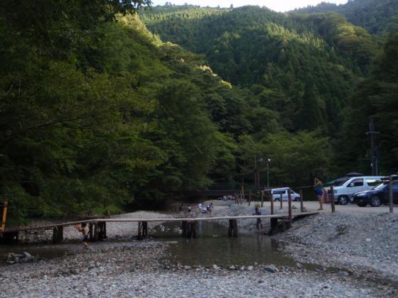 03 キャンプ場前の川