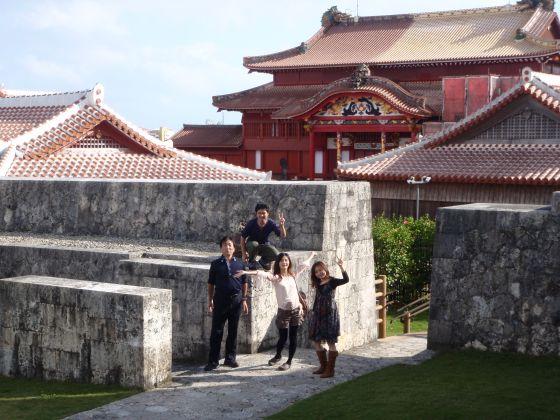 36 首里城正殿を背景に