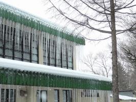 小学校の体育館の氷柱