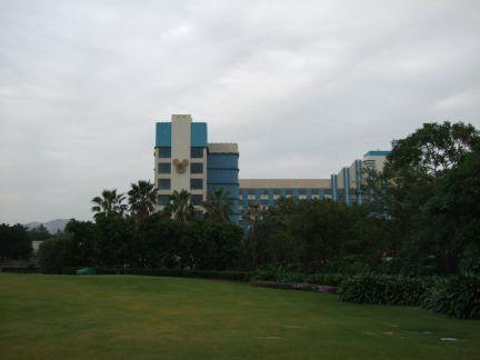 庭からみたホテル