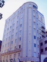 阪神・阪急新開地駅より徒歩すぐの便利な立地。高級リネンや英国王室御用達ベット等クオリティの高いホテル
