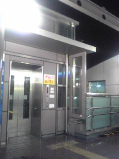 雨に打たれるエレベーター乗り場