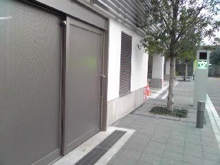 位置は駐車場入口の北隣