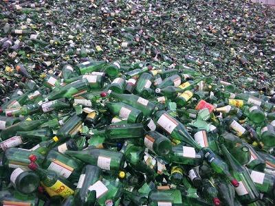 中村ガラス 尾が崎事業所 広大なストックヤードに色分けされた瓶が積み上がっていました