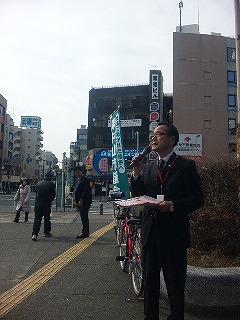 順番にマイクを握り「私たちは東村山市議会です」と。写真は鈴木副議長