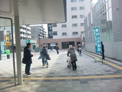 薄井議員も久米川駅北口で