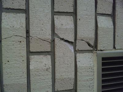 議場の壁の一部に亀裂・破損