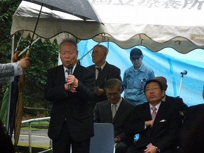 あいさつに立つ佐川自治会長と渡部市長