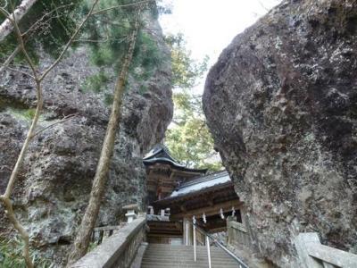 岩と岩の間