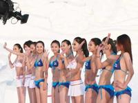 ハルビン国際雪の博覧会にビキニ美女モデルたちが登場