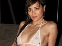 スケスケのビキニを着ているセレブ風美女の画像