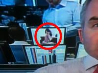 勤務中にセミヌードの美女画像を見ていた銀行マン、その様子がTV中継に映っていてバレたらしい