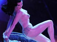 サンレモ音楽祭でバーレスク・ダンサーがセクシーパフォーマンスを披露