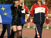 学校の運動会でプラカードを持った女性が黒ストッキング&ガーターでセクシー過ぎると話題