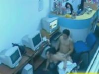 ネットカフェのオープン席でセックスしちゃってるカップル