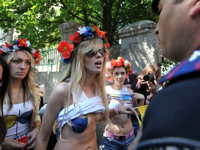 ウクライナでおっぱいを青く塗ったトップレス女性が政治家車両の特権に抗議