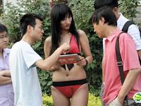 北京で100人のビキニ美女がiPadのプロモーション活動を行ってたらしい