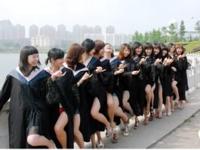 名門大学の女子大生が卒業記念に撮った太ももチラリ画像が話題らしい