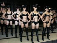 ロンドンでサングラス&黒い下着姿の美女軍隊が行進!?