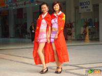 中国・郑州に水着&中国国旗を纏った若い女性4人が現る?