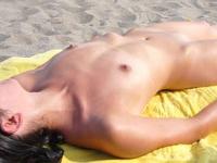 お嬢様がビーチで全裸になってるプライベートヌード画像が流出?