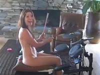 全裸で音ゲーをプレイしてるママをこっそり撮影した動画が話題らしい