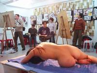ヌードモデルをスケッチしてる美術学校の教室の風景らしい