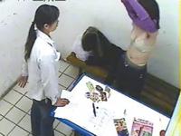 万引きの疑いのある女性の服を脱がして調べているスーパーの監視画像が話題