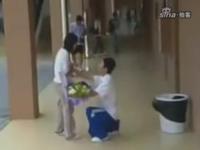 """""""最牛求愛"""" 広州の大学生が女子トイレの中まで突入して求愛する動画が話題らしい"""