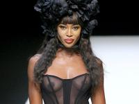 Naomi Campbell(ナオミ・キャンベル) ファッションショーでの透け乳首