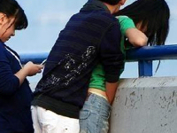 街中で男が女の子のパンツに手を入れてマ○コを触ってるカップルの画像が晒され中