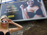胸の谷間が立体的に見える? ロンドンにブラジャーの3D巨大看板が登場