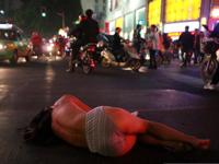 中国・南昌で裸の女性が車道を走ったり寝転がったりしてたらしい
