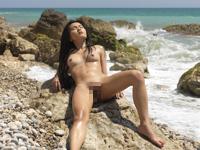 全裸で日光浴してるアジア美女のセクシーヌード画像