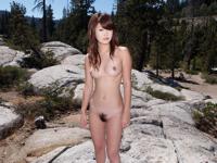 大自然の中で全裸になって野外露出してる美女のヌード画像