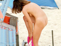 ビーチで美女がビキニのパンツを脱いでる瞬間を盗撮した画像特集