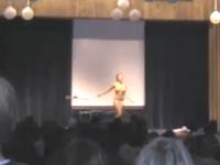 まさか文化祭でストリップ? 高校の体育館でストリップショーを強行した女性の動画