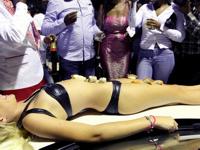 パーティーで女体盛りをしたりする南アフリカの黒人新エリート層の成金ぶりに批判